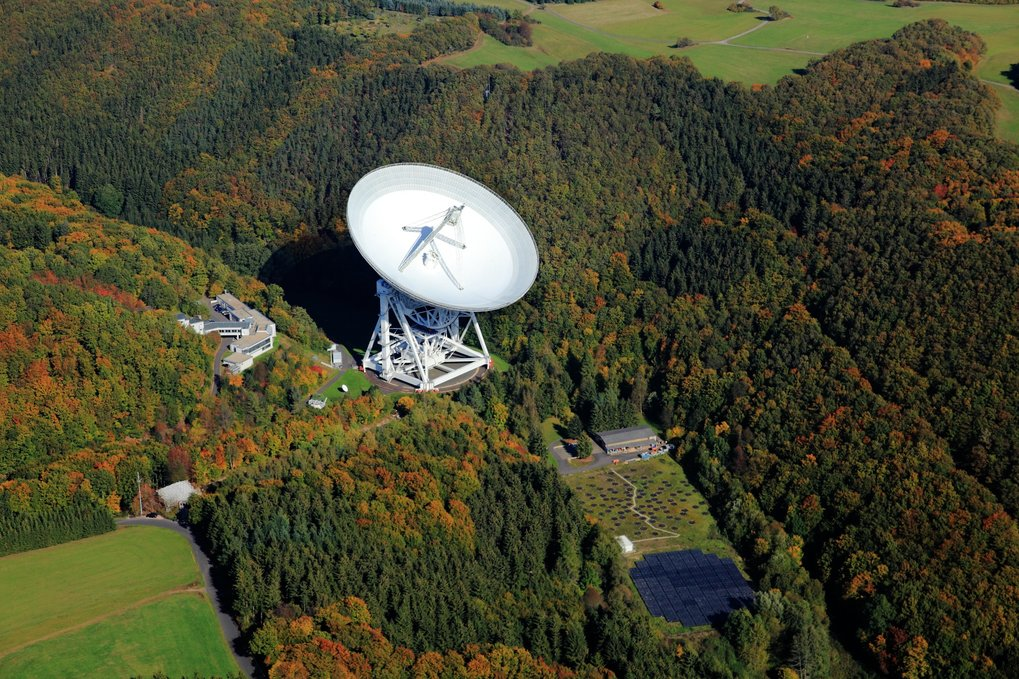 Aerial view of the radio observatory in Effelsberg with its 100-metre radio telescope. The researchers used this telescope to carry out spectroscopic observations of the methanol molecule in the direction of the far distant galaxy PKS1830-211.