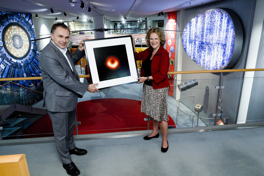Andrea Niehaus, director of the Dt. Museum Bonn, received on June 24th, 2020 the picture of the black hole in M 87 from the chairman of the Event Horizon Telescope Collaboration, J. Anton Zensus, director at the MPI für Radioastronomie.Picture: © Deutsches Museum Bonn, Eric Lichtenscheidt